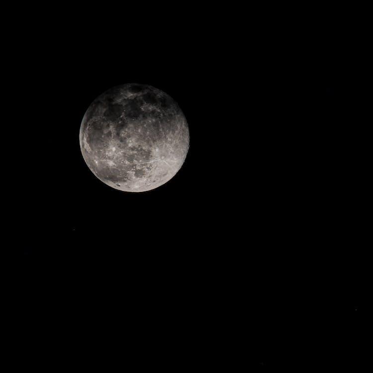 Luna Piena Che Splende Su Sfondo Nero