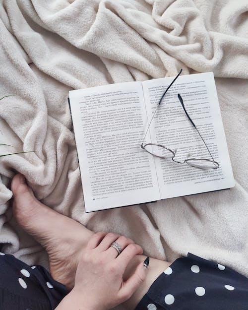 Kırpma Kadın Kitap Ile Yumuşak Battaniye üzerinde Rahatlatıcı
