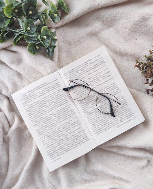 Rahat Yatakta Açık Kitap Ve Gözlük