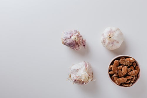 Composition of garlic bulbs and raw almonds