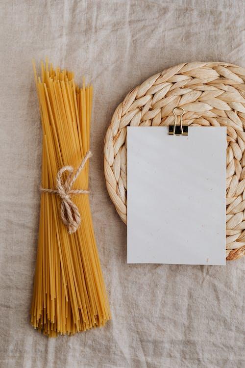 Kostnadsfri bild av ark, arrangemang, bord, bordsduk
