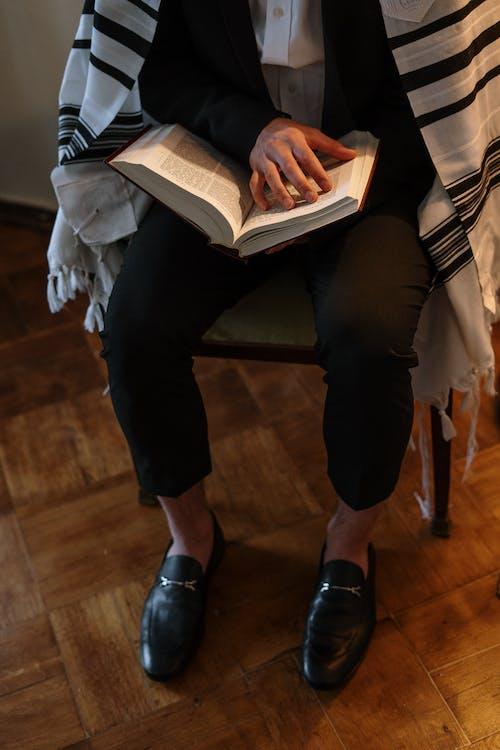 Gratis stockfoto met boek, gewoonte, hand, heilig