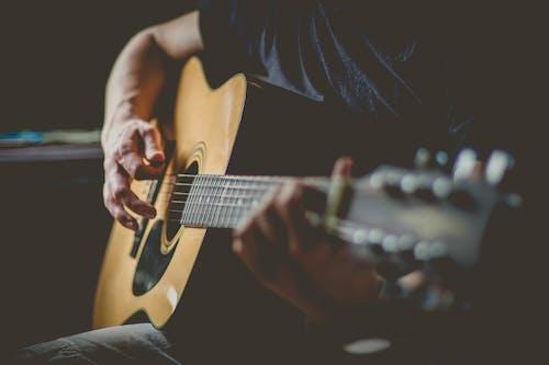 Бесплатное стоковое фото с акустическая гитара, акустический, выступление, гитара