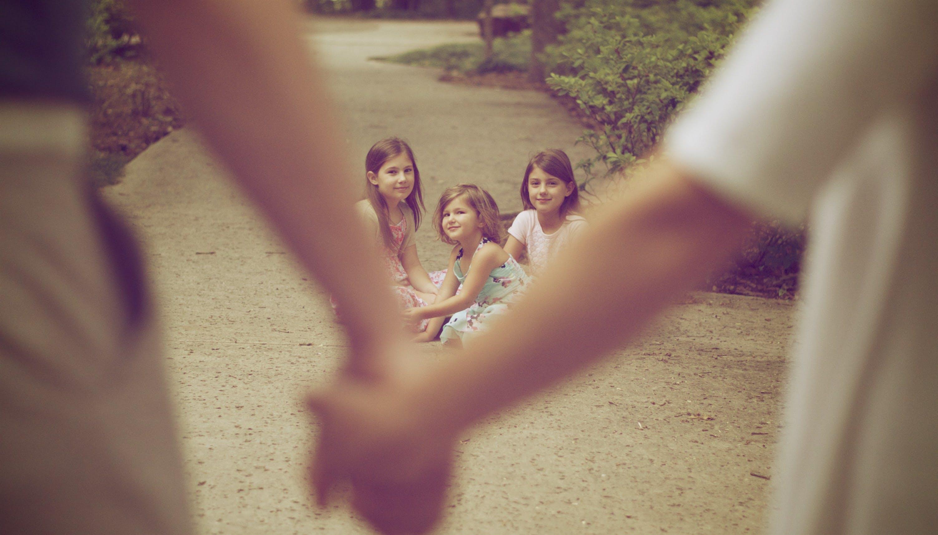 Fotos de stock gratuitas de abrazando, abrazos, al aire libre, amor