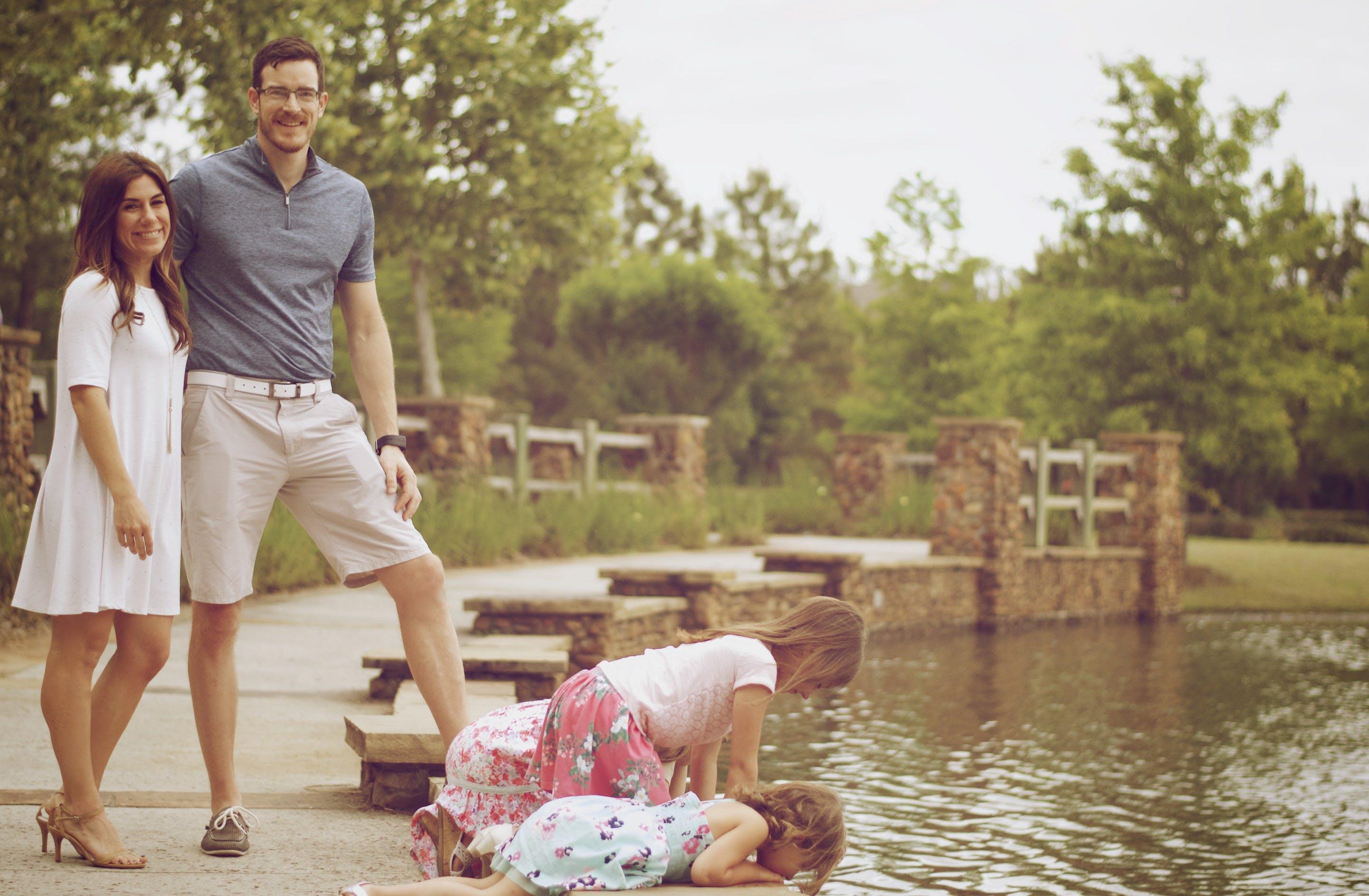 Fotos de stock gratuitas de abrazando, abrazos, agua, al aire libre