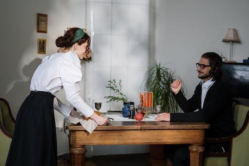 夫妻在餐桌旁