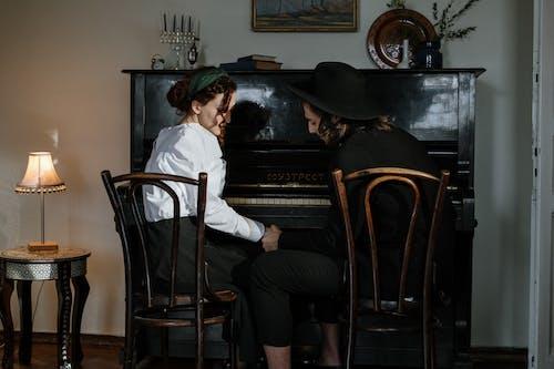 Darmowe zdjęcie z galerii z chłodzenie w domu, codzienny, firma, fortepian