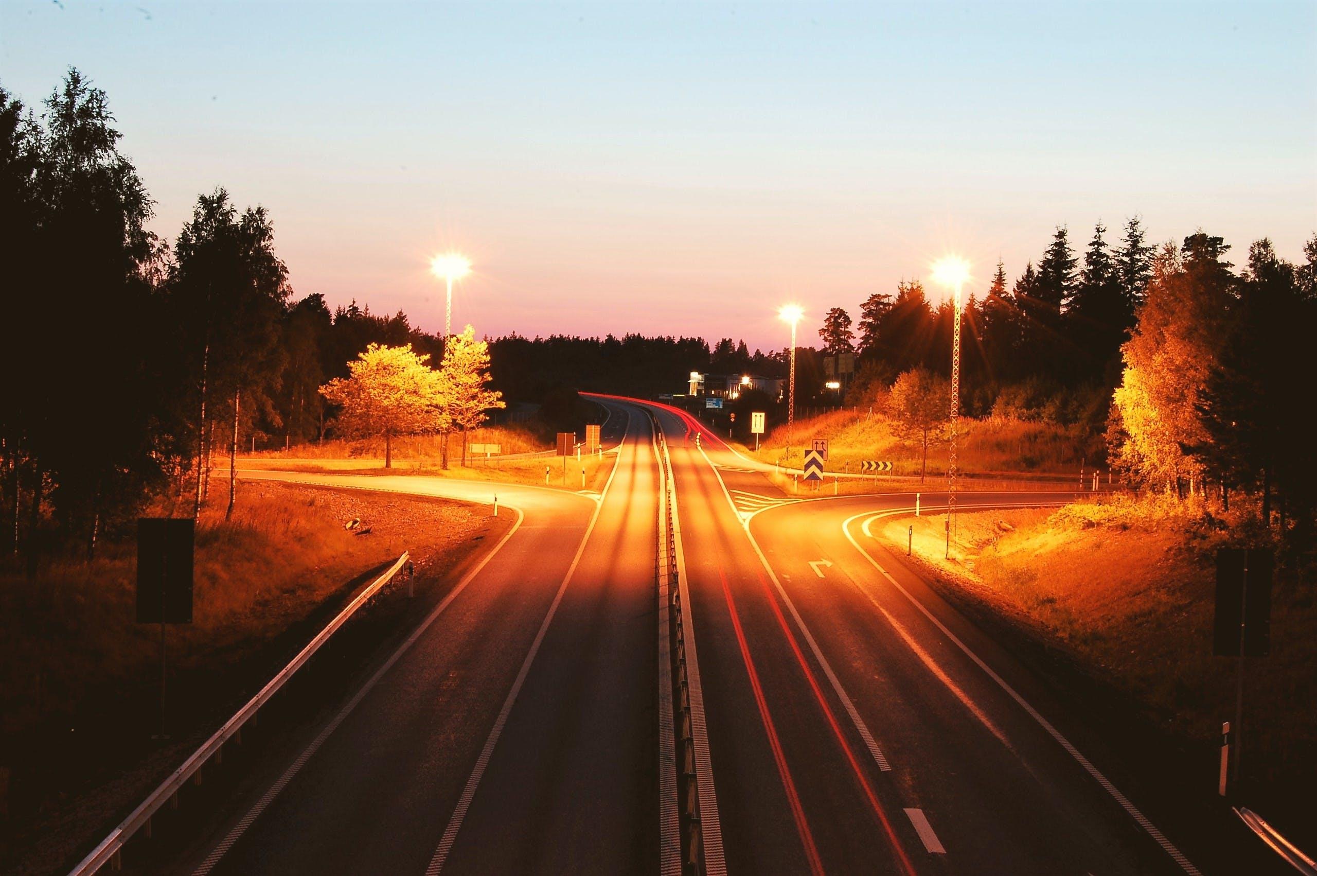 Základová fotografie zdarma na téma asfalt, dopravní systém, noc, osvětlený