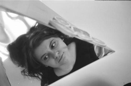 Wanita Muda Termenung Yang Bercermin Dari Cermin
