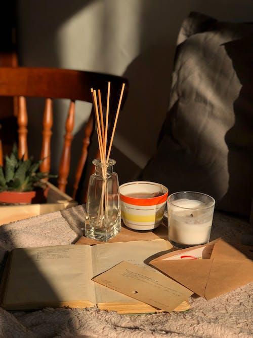 Verre à Boire Clair à Côté De La Tasse En Céramique Blanche Sur La Table