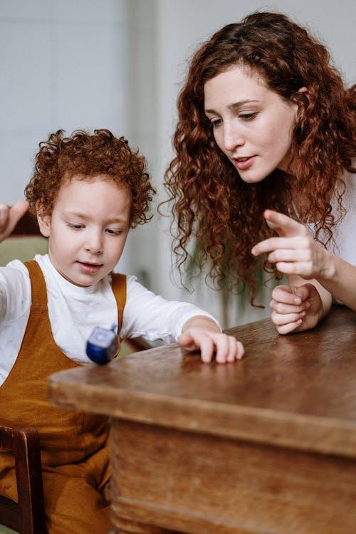 Kostnadsfri bild av ansiktsuttryck, barn, bord, dreidel