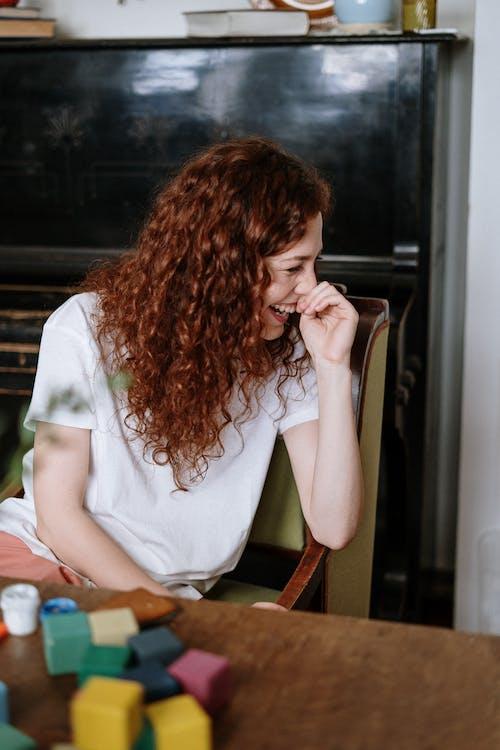 Immagine gratuita di capelli ricci, capelli rossi, contento