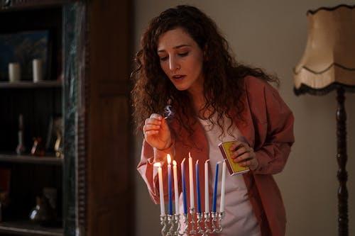 Immagine gratuita di a casa, candele, candeliere, capelli ricci