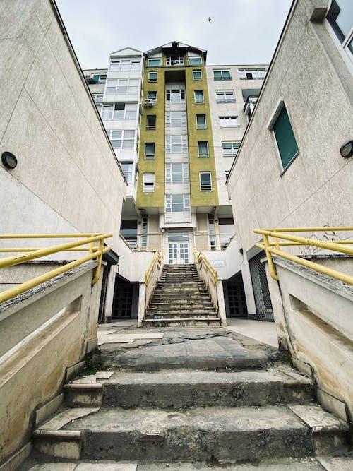 Fotos de stock gratuitas de color de otoño, diseño arquitectónico, edificio de apartamentos, edificio viejo