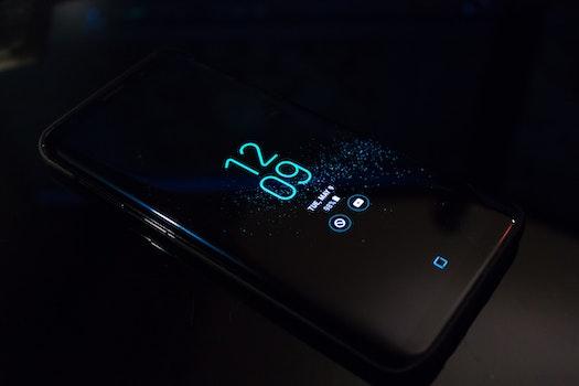 Kostenloses Stock Foto zu smartphone, dunkel, internet, technologie