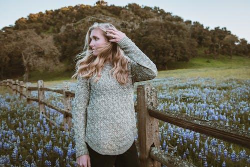 Gratis stockfoto met aantrekkelijk mooi, bloem, blond haar