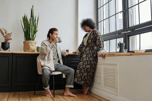 Základová fotografie zdarma na téma afro, afroameričanka, bosé nohy, černoška