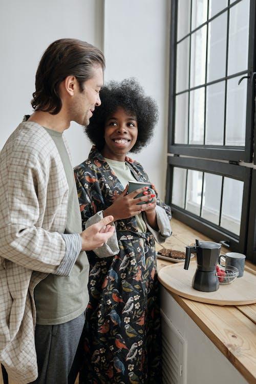 Foto profissional grátis de afro, alegria, bate-papo, café
