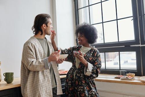 Fotobanka sbezplatnými fotkami na tému Afroameričanka, afroúčes, byť spolu, černoška