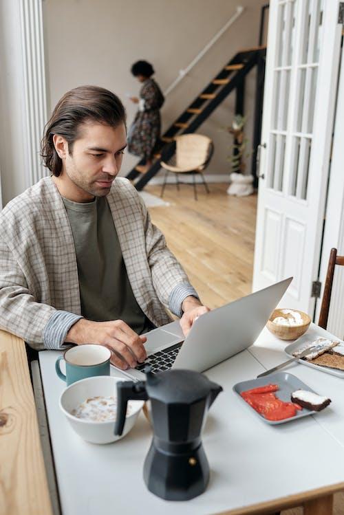 Kostnadsfri bild av affärsman, ansiktsuttryck, arbeta hemifrån