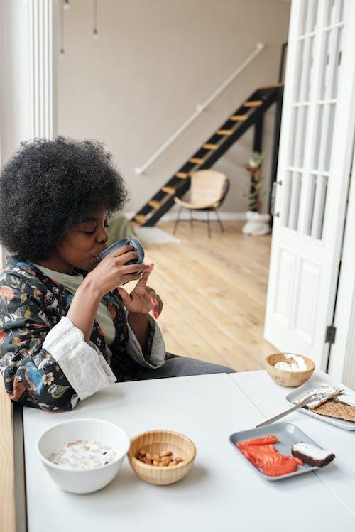 Gratis lagerfoto af afro, afroamerikansk kvinde, bord, drikke