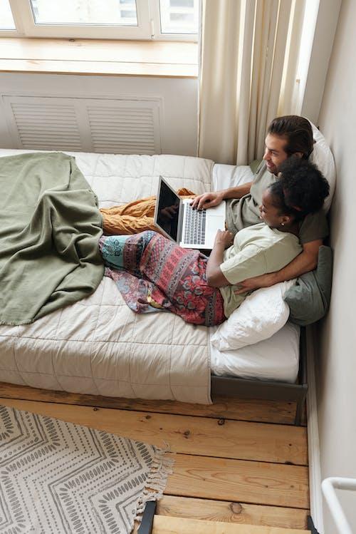 Immagine gratuita di abbraccio, auto-quarantena, camera, coccole