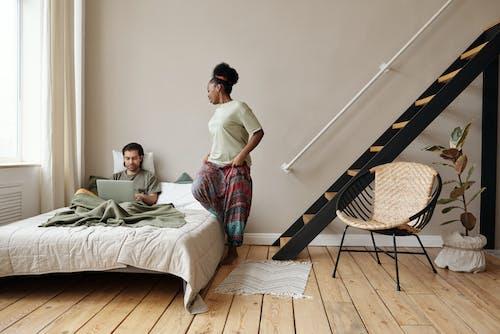 Gratis stockfoto met Afro-Amerikaanse vrouw, afstandswerk, appartement