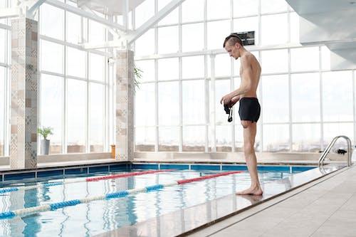 Foto profissional grátis de adulto, água, amputado, de pé