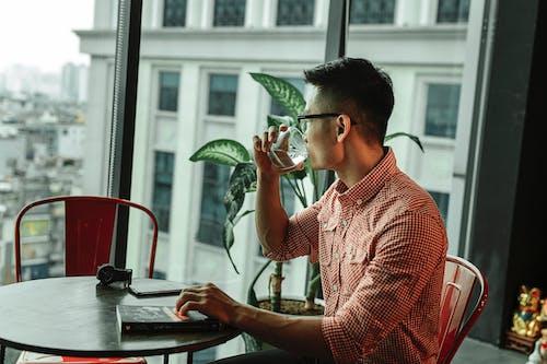 Foto De Hombre Sosteniendo Un Vaso