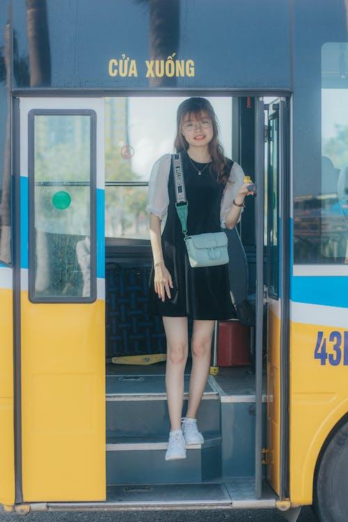 Kostnadsfri bild av asiatisk kvinna, axelväska, behaglig, buss