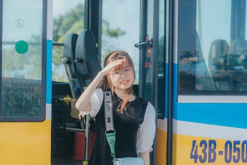 Kostnadsfri bild av asiatisk kvinna, axelväska, behaglig, beröringshuvud