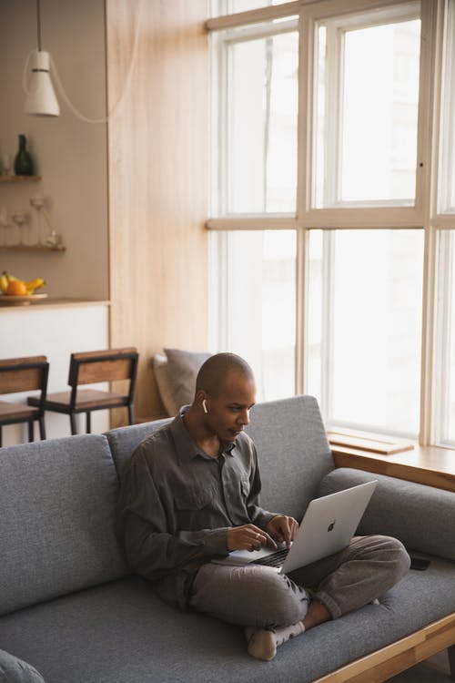 Gratis stockfoto met afstandswerk, bank, binnen, binnenshuis