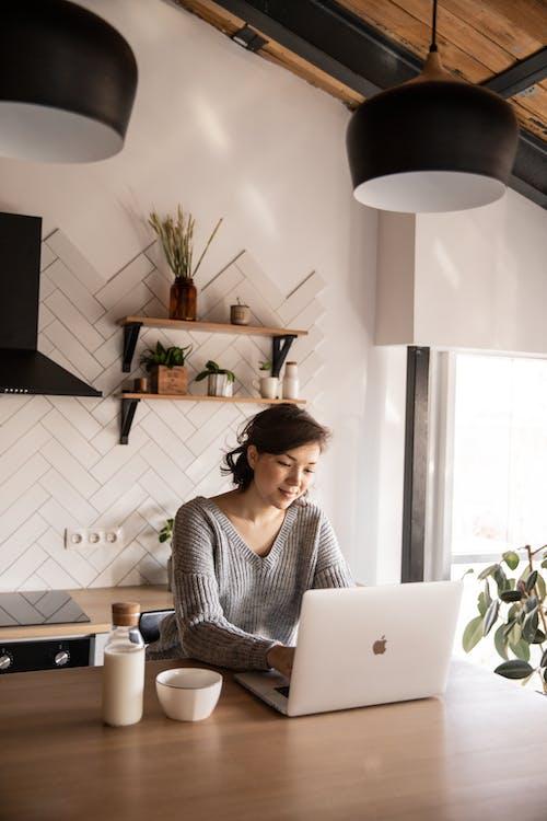 Ingyenes stockfotó asztal, blogger, böngészés, digitális témában