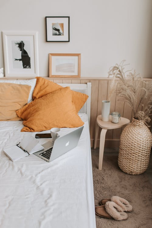 Gratis arkivbilde med appelsin, arbeidsplass, bærbar, bærbar datamaskin