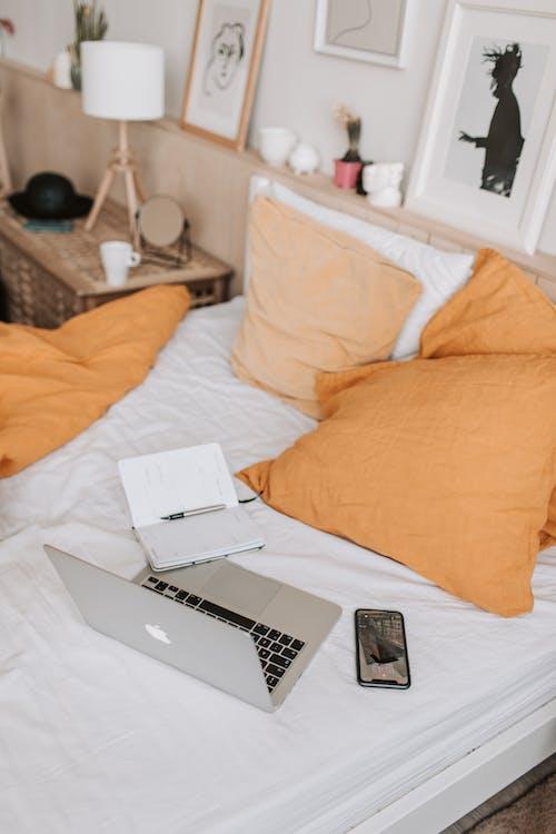 Ảnh lưu trữ miễn phí về ấm cúng, ánh sáng ban ngày, bàn cạnh giường ngủ, bàn di chuột