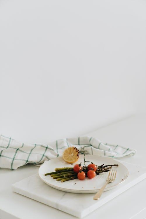 Gratis stockfoto met asperge, bord, cherrytomaatjes