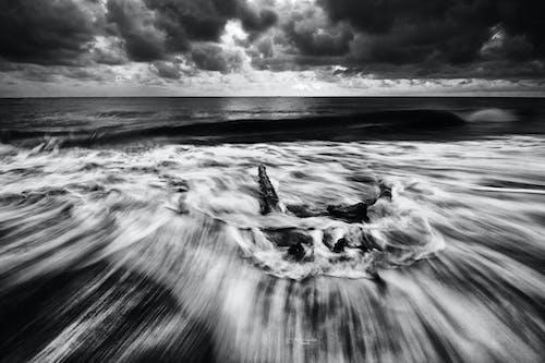Foto d'estoc gratuïta de aigua, blanc i negre, capvespre, cel