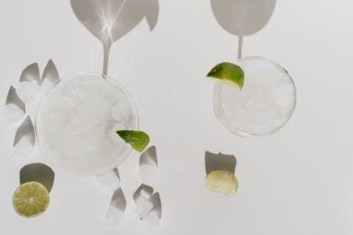 alkollü içecek, bardaklar, buz, buzlu içeren Ücretsiz stok fotoğraf