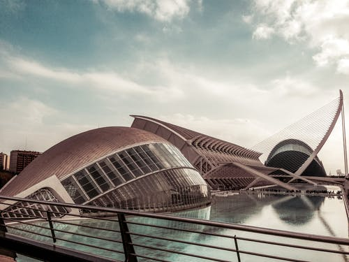 Foto stok gratis Arsitektur, Arsitektur modern, awan