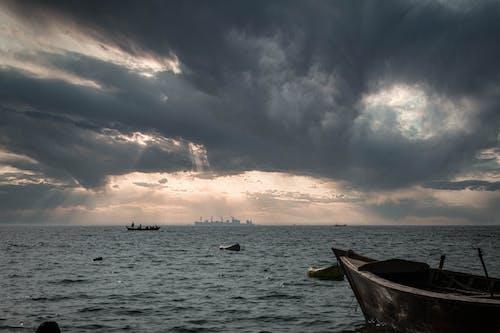 Δωρεάν στοκ φωτογραφιών με βάρκα, δραματικός ουρανό, μπλε ωκεανός