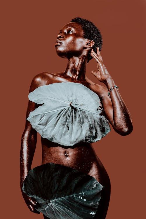 Schöne Nackte Frau, Die Intime Körperteile Mit Blättern Bedeckt