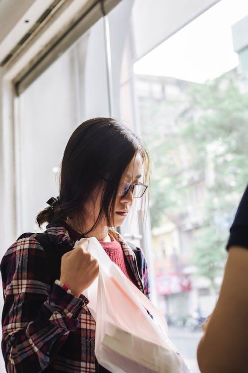 Gratis stockfoto met aanschaffen, aantrekkelijk mooi, Aziatische vrouw, betalen
