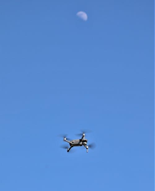 Foto d'estoc gratuïta de blauer himmel, drohne, drohne fliegen, mond