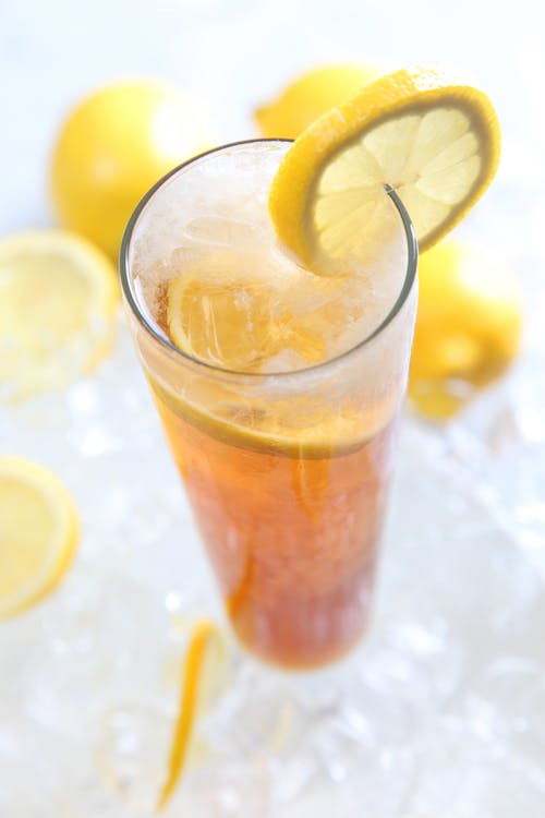 レモンガーニッシュと透明なハイボールグラスで提供される冷たい飲み物