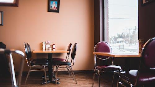 Fotobanka sbezplatnými fotkami na tému drevené stoly, izba, jesť večeru
