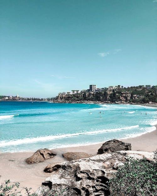 Photos gratuites de bord de mer, cailloux, ciel bleu, détente