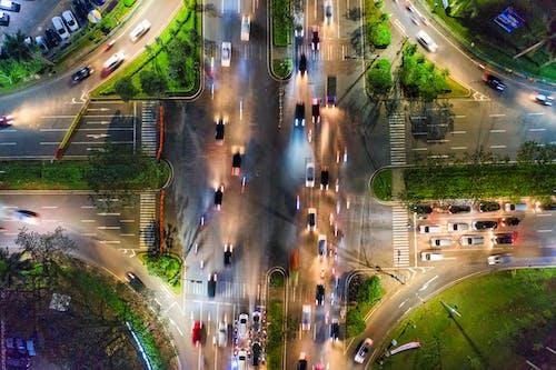 Kostenloses Stock Foto zu autobahn, autos, beleuchtet