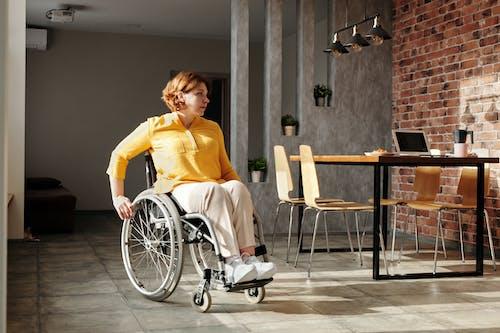 Photos gratuites de à l'intérieur, à la maison, chaise roulante