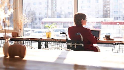 Foto profissional grátis de cadeira de rodas, cadeiras, café, cômodo