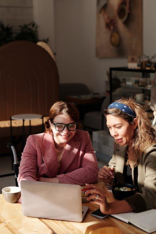 Darmowe zdjęcie z galerii z bezprzewodowy, businesswoman, czas wolny, dwa